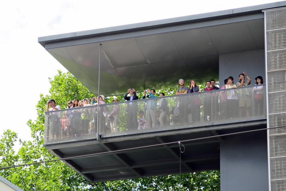 Auf dem Aussichtsturm an der Gedenkstätte Berliner Mauer herrscht oft großer Andrang