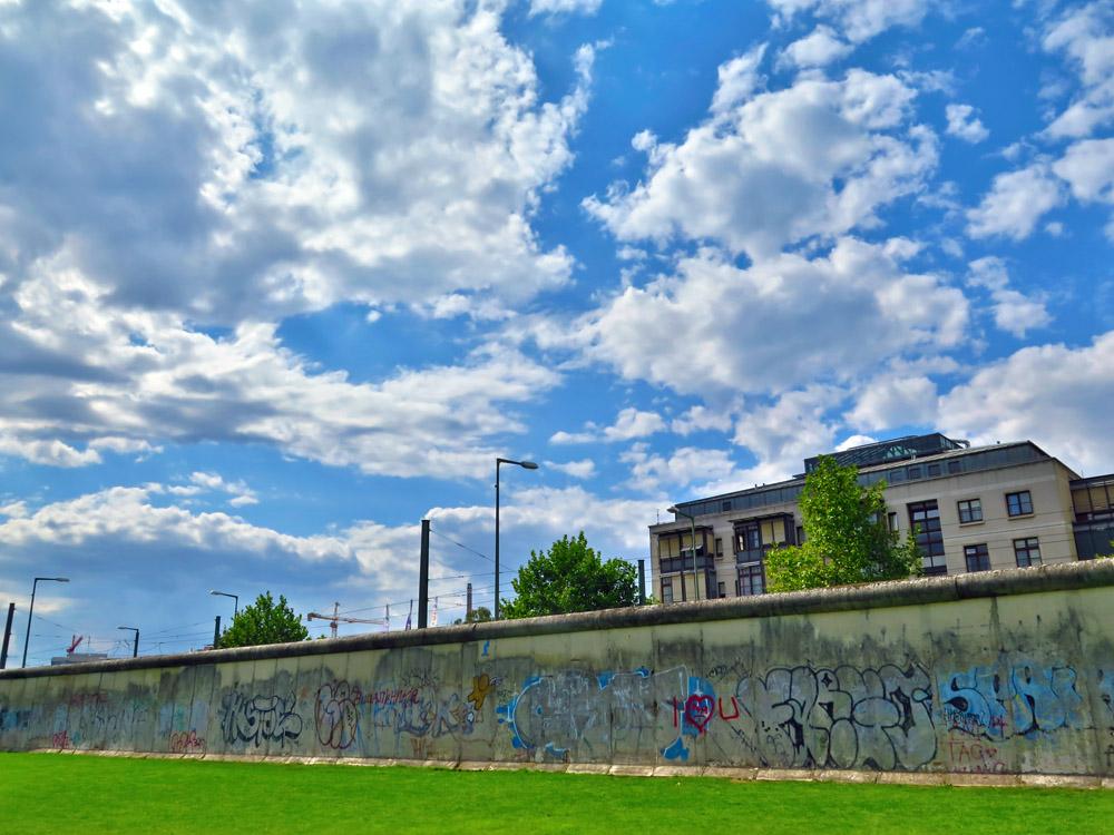 Lohnenswert ist auch ein Spaziergang entlang der Berliner Mauer
