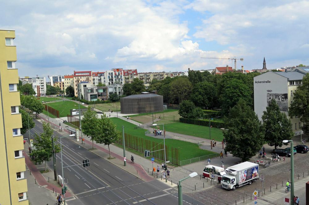 Der ehemalige Standort der Berliner Mauer und des Todesstreifens an der Gedenkstätte Berliner Mauer