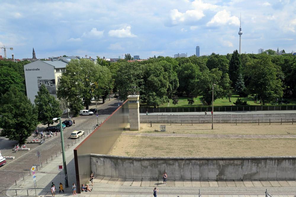 Aussichtsturm an der ehemaligen Berliner Mauer mit dem Todesstreifen