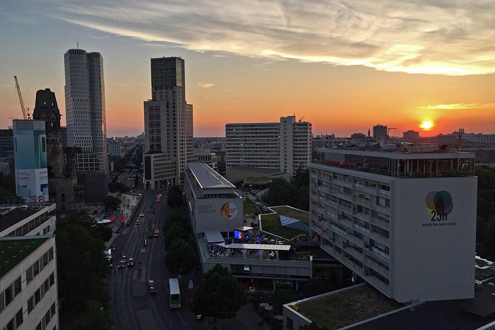 Zum Sonnenuntergang gibt es von der Pan Am Lounge eine tolle Aussicht auf Berlin