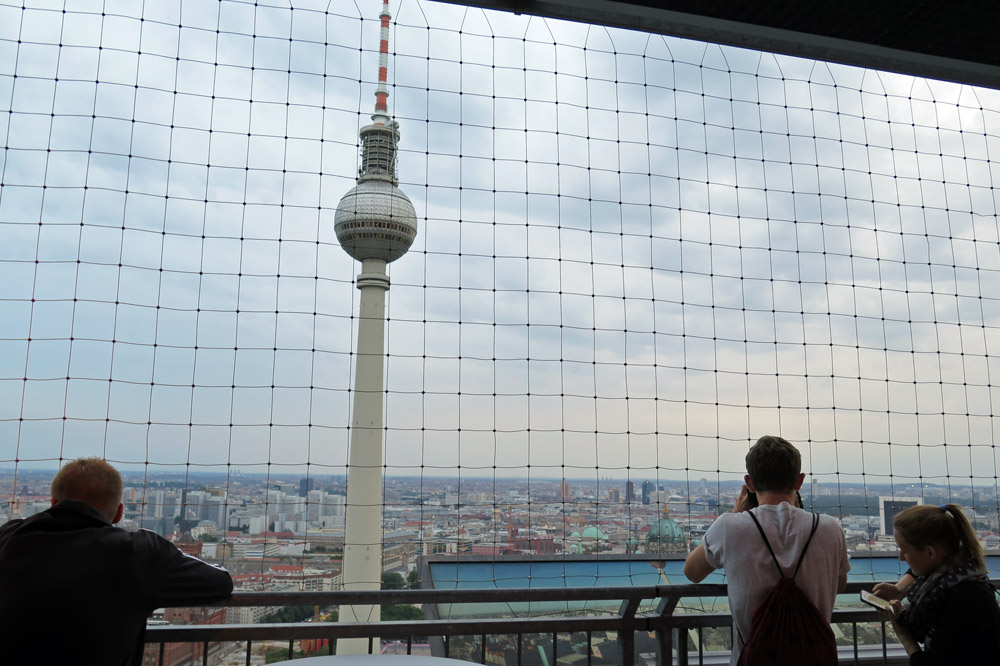 Besucher auf der Aussichtsplattform des Park Inn Hotels in Berlin genießen die Aussicht von einem der schönsten Aussichtspunkte in Berlin