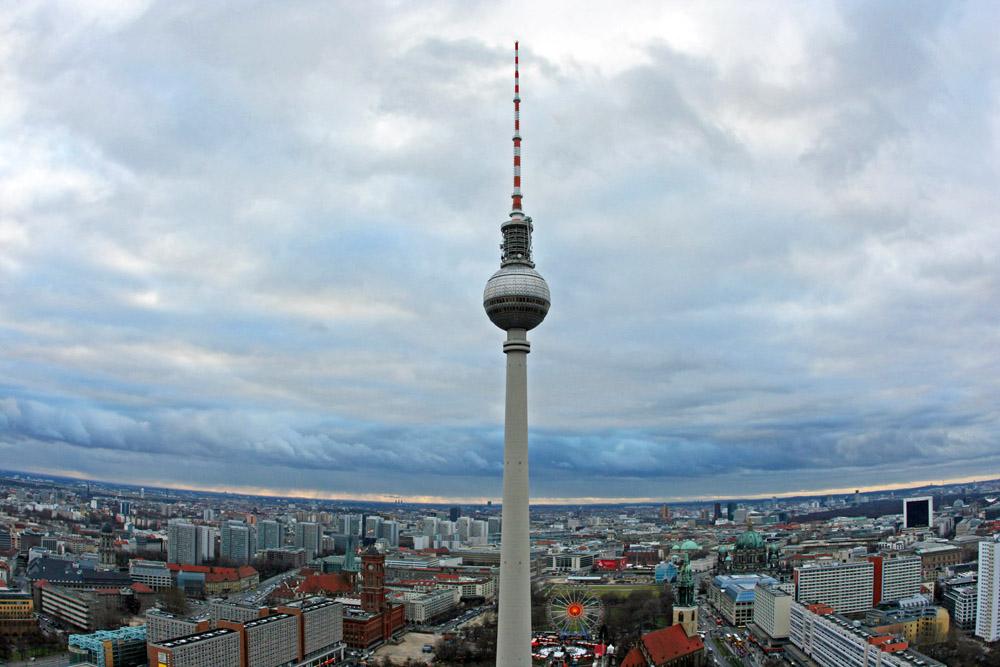 Der Fernsehturm in Berlin bietet eine tolle Aussicht über die Stadt. Ein ebenso schöner Aussichtspunkt ist das Hotel Park Inn, von wo dieses Foto aufgenommen wurde
