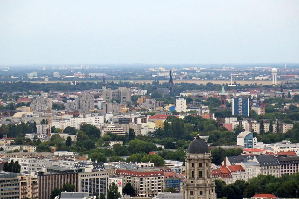 Das Park Inn Hotel gehört zu den schönsten Aussichtspunkten in Berlin. Von der Aussichtsplattform hat man beste Sicht bis hin zum ehemaligen Flughafen Tempelhof
