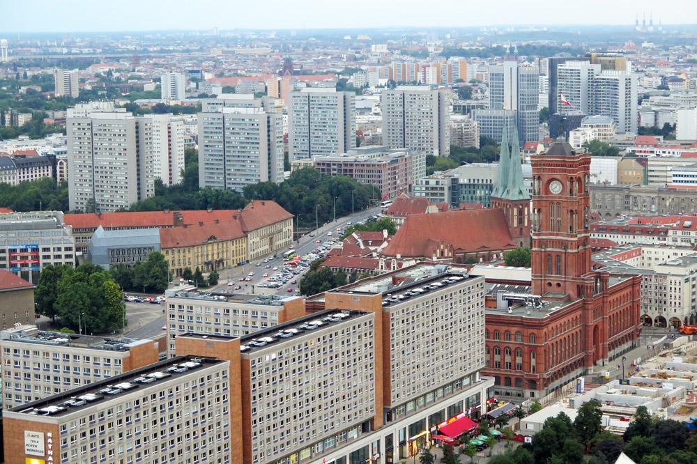 Das Hotel Park Inn bietet einen der schönsten Aussichtspunkte in Berlin. Von hier ist das Rote Rathaus und der DDR Plattenbau zu sehen