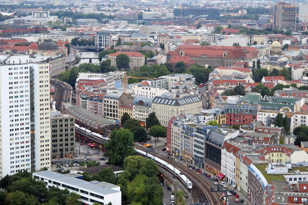 Ein ICE Zug fährt durch Berlin. Von der Aussichtsplattform des Park Inn Hotels hat man diese schöne Aussicht