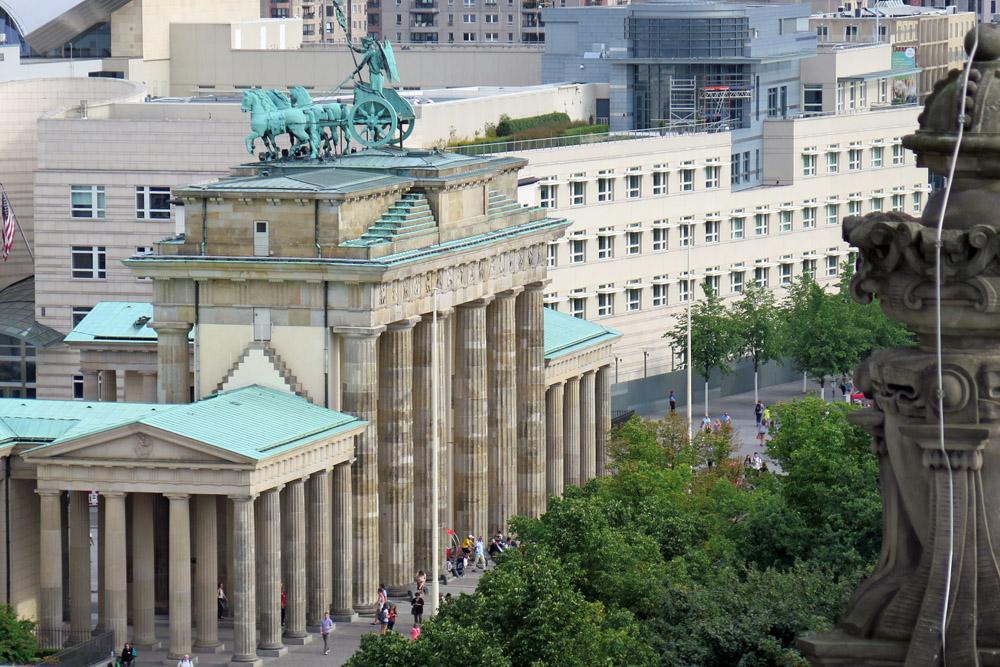 Das Brandenburger Tor in Berlin vom Aussichtspunkt Reichstag aus gesehen