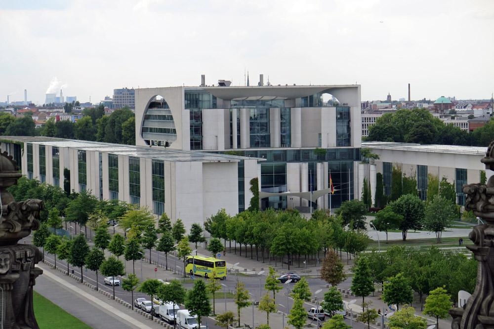 Blick vom Reichstag auf das Bundeskanzleramt in Berlin