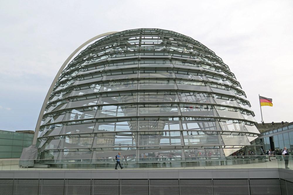 Die Reichstagskuppel in Berlin gehört zu den schönsten Aussichtspunkten in Berlin. Ein Besuch lohnt sich