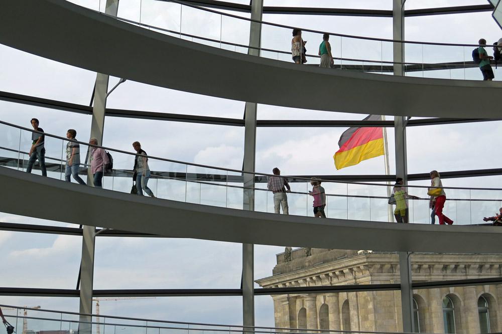 In der Kuppel des Reichstages in Berlin hat man eine schöne Aussicht über die Stadt