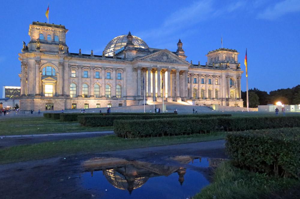 Der Reichstag mit seiner Kuppel gehört zu den schönsten Aussichtspunkten in Berlin. Wer will kann auch nachts bleiben und fotografieren
