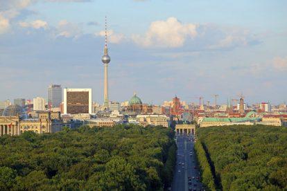 Die Siegessäule gehört zu den schönsten Aussichtspunkten in Berlin. Links ist der Reichstag zu sehen, rechts das Brandenburger Tor