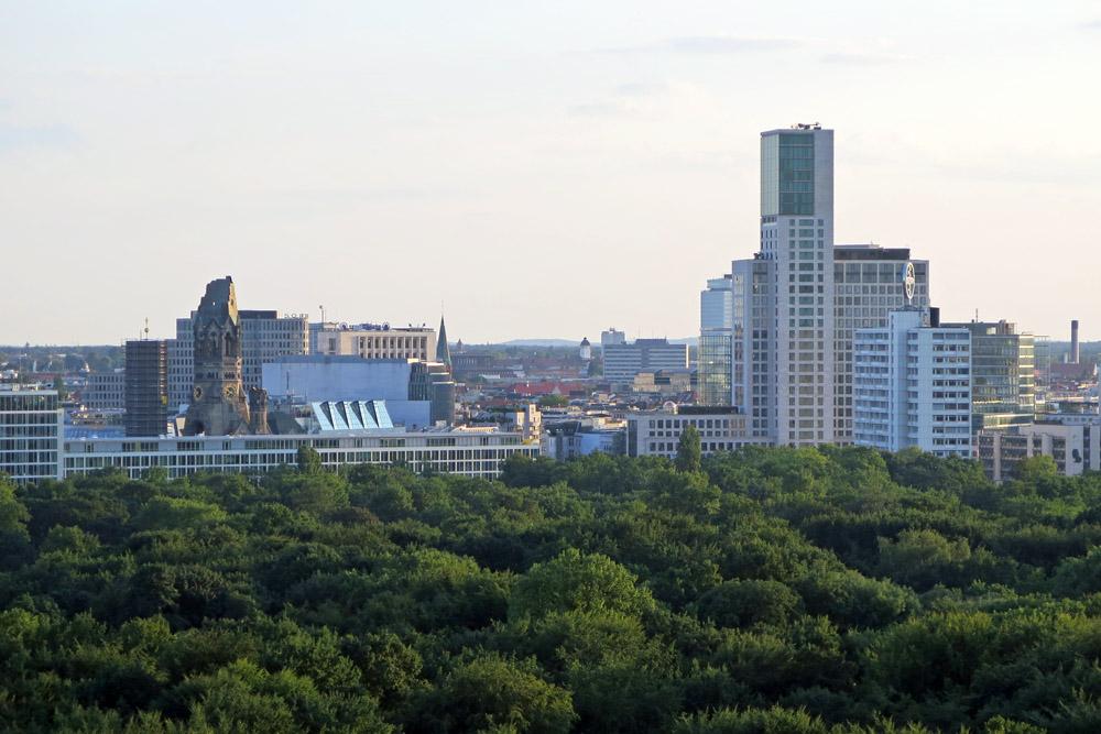 Die Siegessäule gehört zu den schönsten Aussichtspunkten in Berlin. Die Sicht reicht bis zur Kaiser Wilhelm Gedächtniskirche und zum Walldorf Astoria Hotel