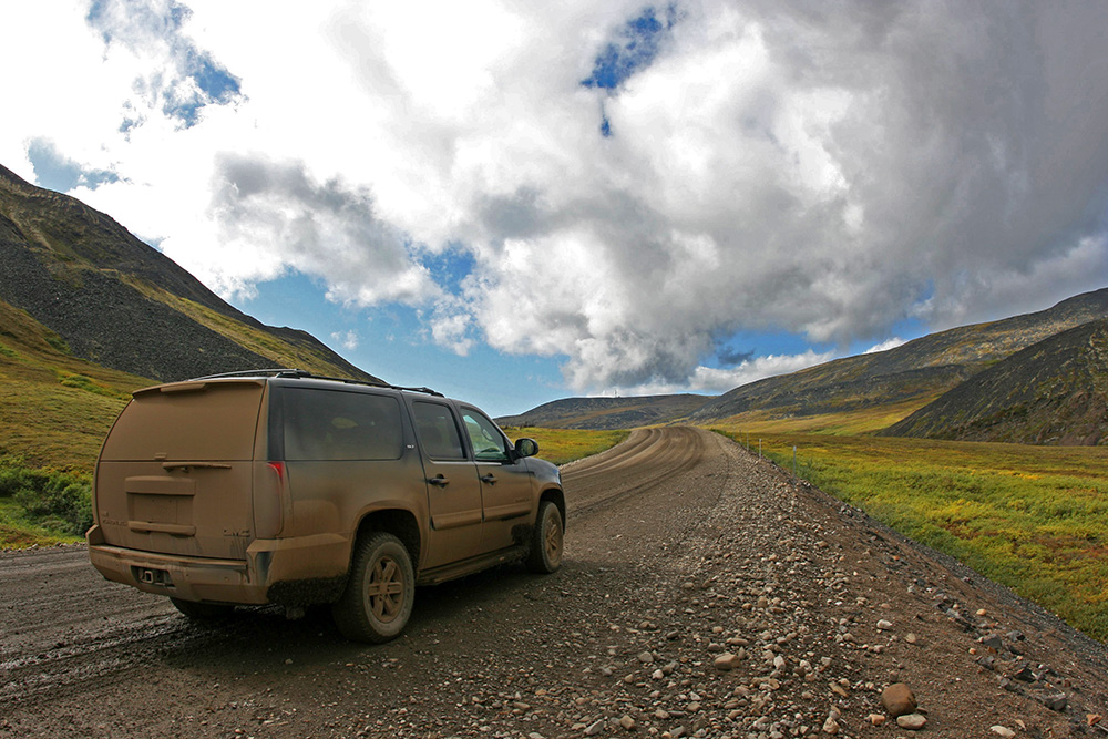 Auto auf dem Dempster Highway in den Richardson Mountains
