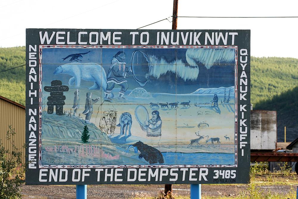 Straßenschild in Inuvik, das auf das Ende des Dempster Highways hinweist