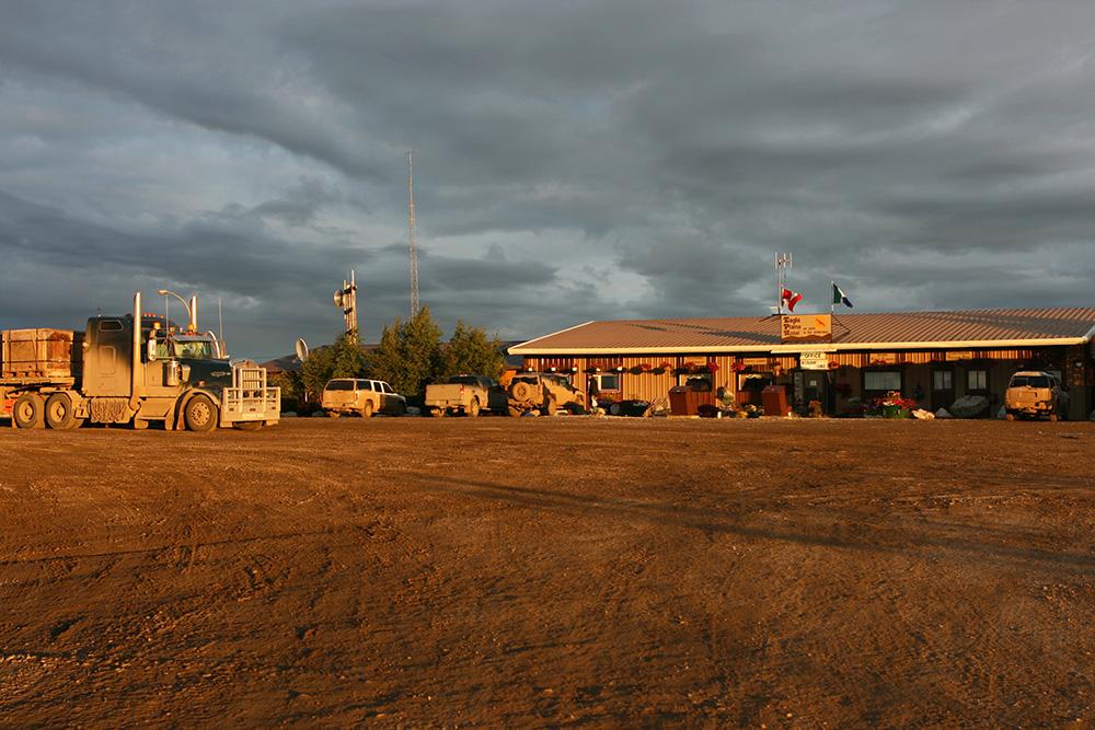 Truck vor dem Eagle Plains Hotel am Dempster Highway im Yukon Kanada zum Sonnenuntergang
