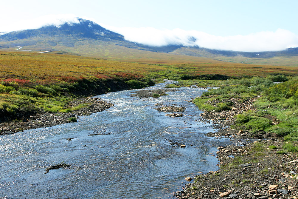 Fluss am Dempster Highway in den Richardson Mountains im Yukon