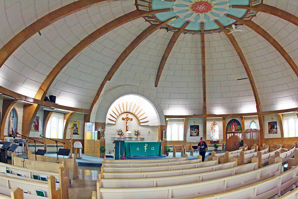 Die Inuit Kirche in Inuvik in Kanada hat die Form eines Iglus. Hier ist sie von innen zu sehen