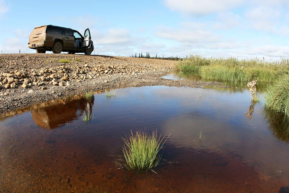 Auto vor einem See am Dempster Highway im Yukon Kanada