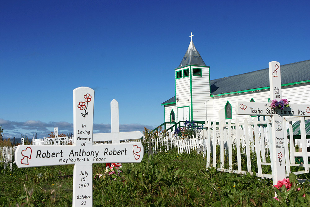 Kirche mit Friedhof in Fort McPherson am dempster Highway in Kanada