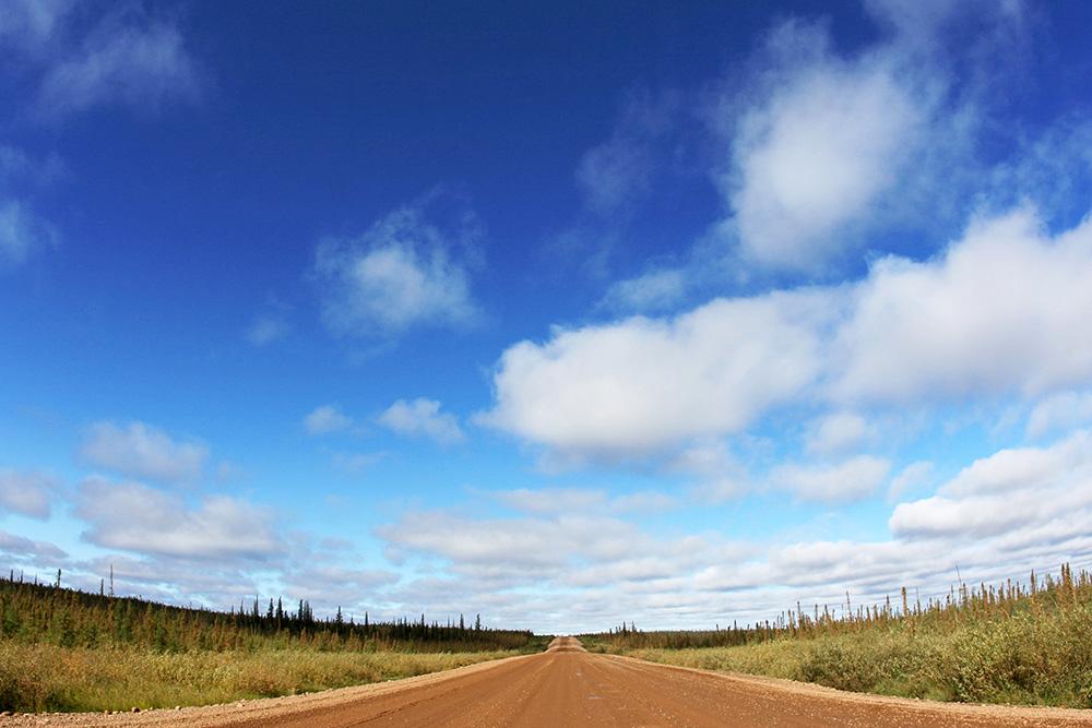 Der Dempster Highway im Grenzgebiet zwischen dem Yukon in kanada und Alaska gehört zu den schönsten Roadtrips der Welt