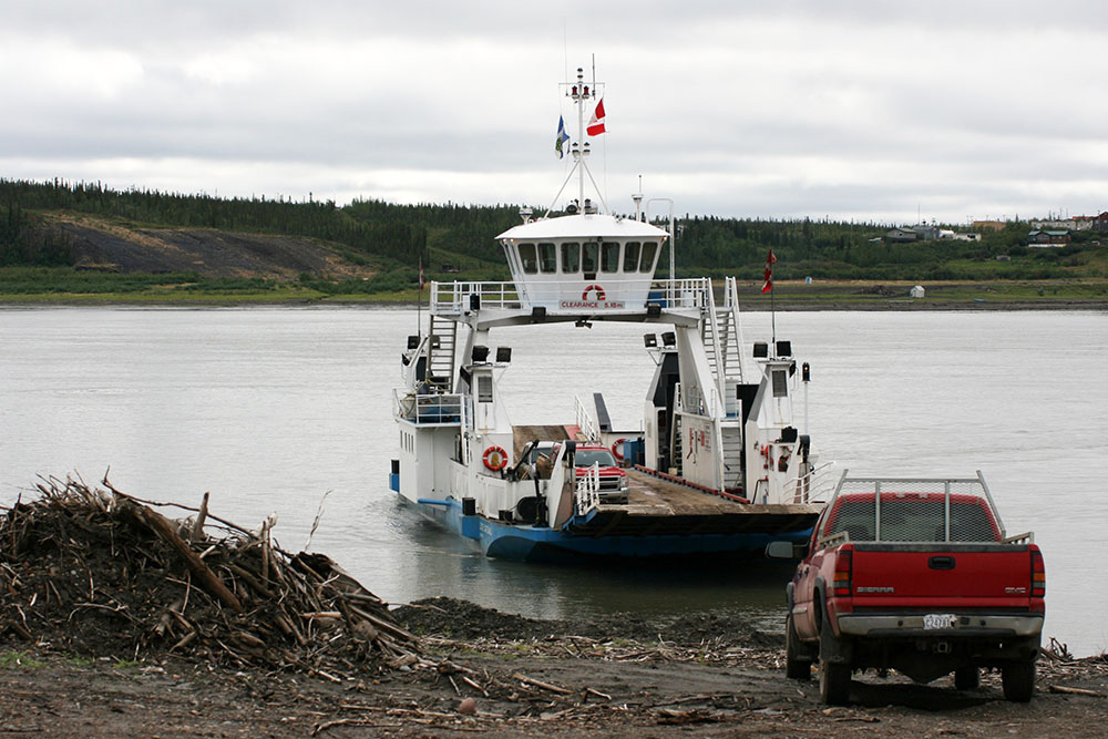 Fähre über den Dempster Highway bei Tsiigehtchic am Ufer des desMackenzie Rivers in Kanada