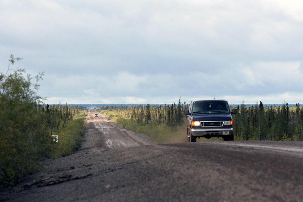 Fahren eines Roadtrips auf dem Dempster Highway im Yukon Kanada