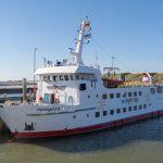 Eine Fähre nach Wangerooge liegt am Anleger auf der Insel