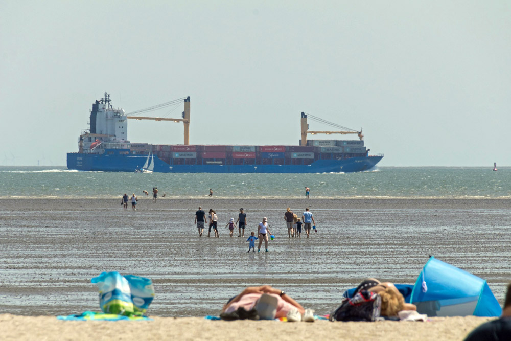 Ein Schiff am Strand von Schillig an der Nordsee