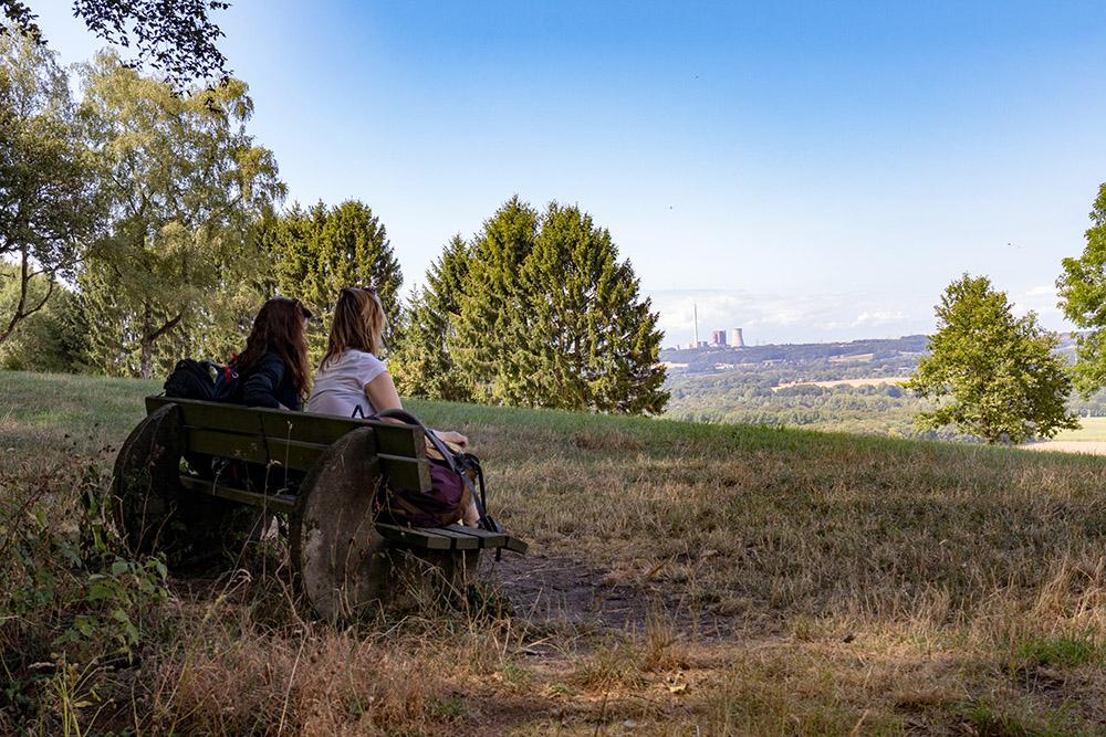 Wanderer auf dem Hexenpfad in Tecklenburg genießen die Aussicht zum Kohlekraftwerk Ibbenbüren