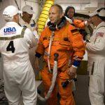 Astronaut Hans Schlegel kurz vorm Einsteigen in das Shuttle Atlantis. Foto: NASA/Scott Haun, Rick Prickett