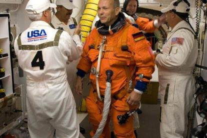 Astronaut Hans Schlegel kurz vorm Einsteigen in das Shuttle Atlantis. Foto: NASA/Scott Haun, Rick Prickett