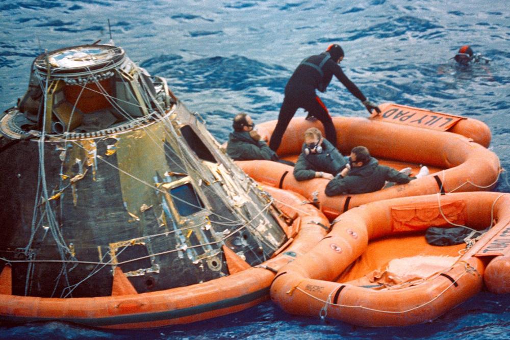 Nach ihrer Rückkehr vom Mond ist diese Kapsel von Apollo 14 im Jahre 1971 im Pazifik gelandet.