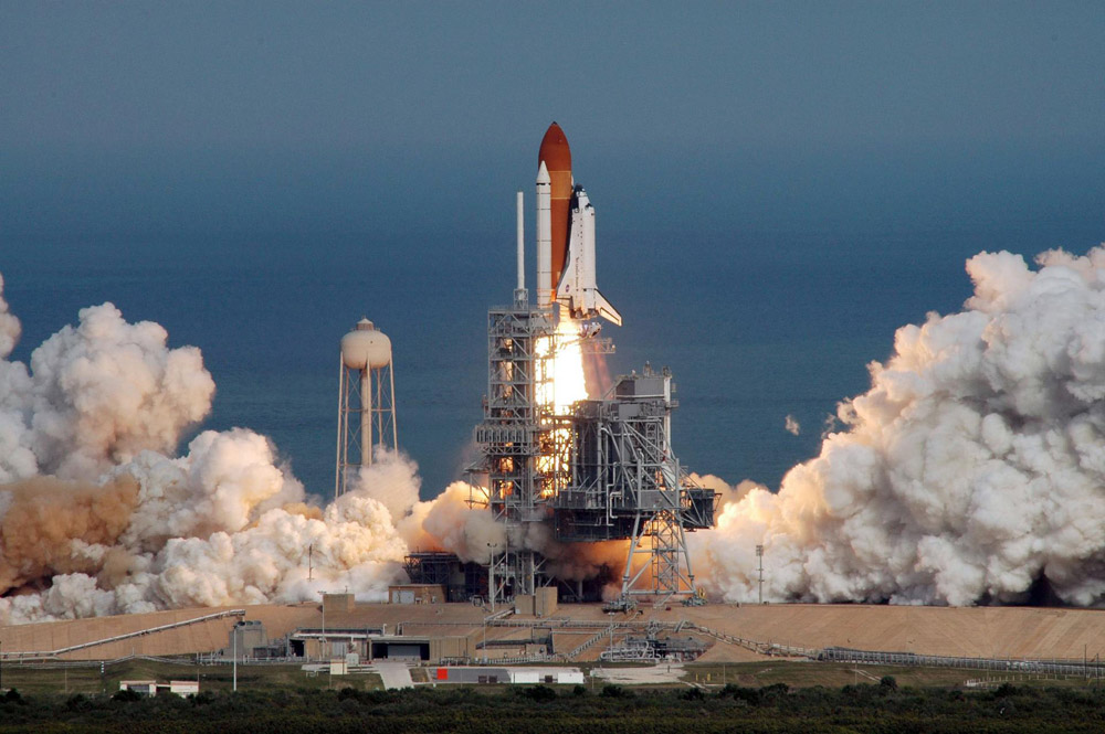 Die Raumfähre Atlantis hebt mit Astronaut Hans Schlegel vom Kennedy Space Center ab. Foto: NASA