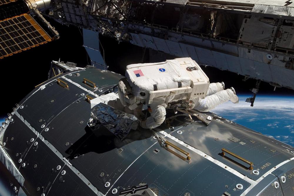 Astronaut Hans Schlegel bei einem Weltraumspaziergang