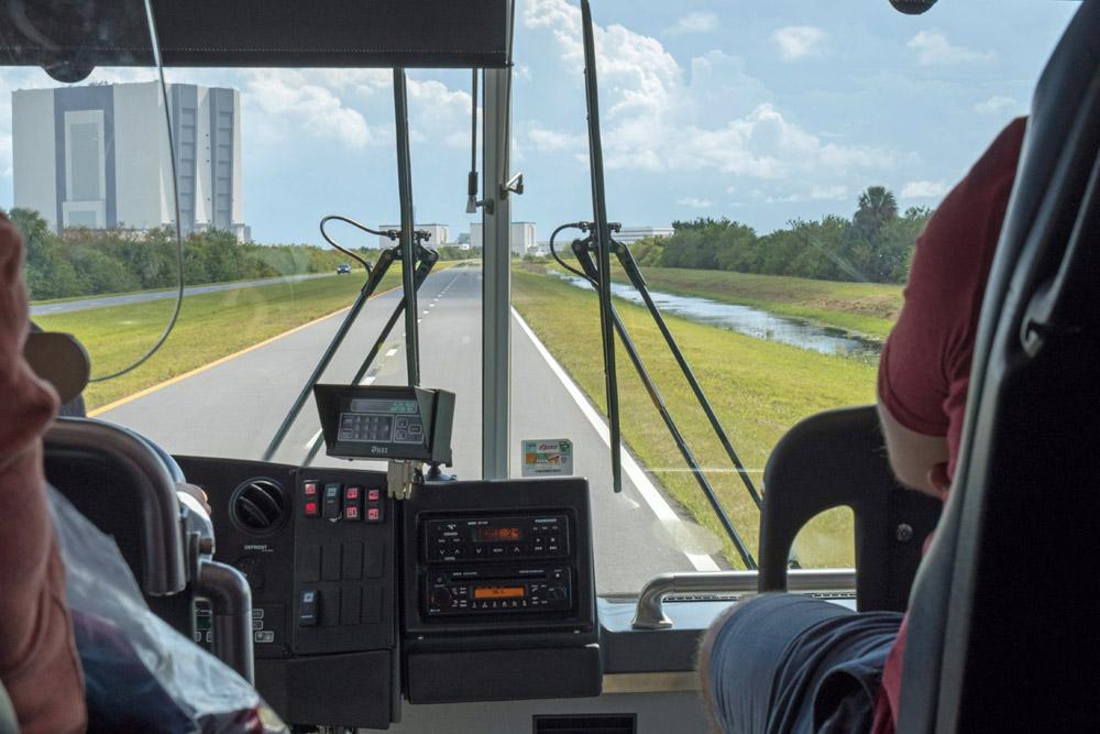 Bei einer Bustour können besucher das Gelände des Kennedy Space Centers erkunden.