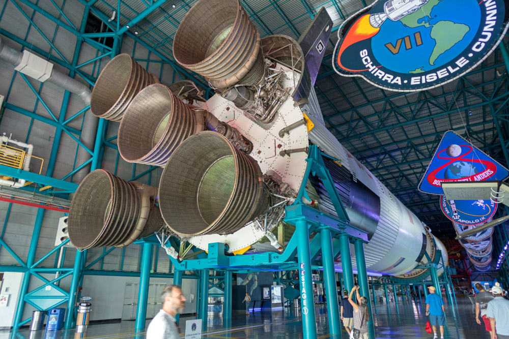 Mit solchen gigantischen Saturn V Raketen sind die Apollo Astronauten zum Mond geflogen.