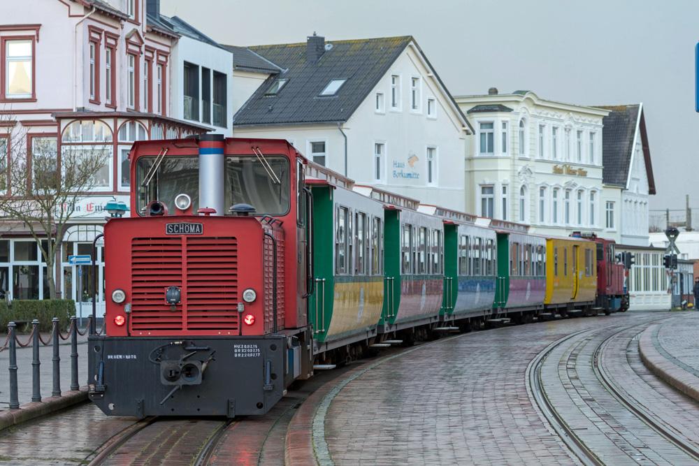 Die Borkumer Kleinbahn bringt Inselbesucher vom Fähranleger ins Zentrum.