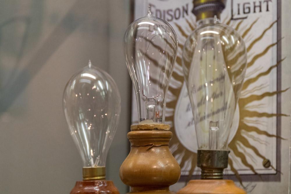 Immer wieder stoßen die Besucher auch auf die von Edison erfundene Glühbirne.