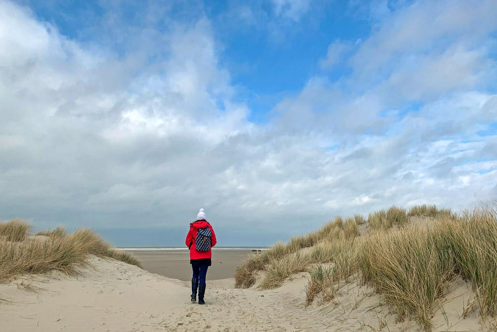 Durch die Dünen zum Strand zu wandern, ist auf Borkum ein besonderes Naturerlebnis.