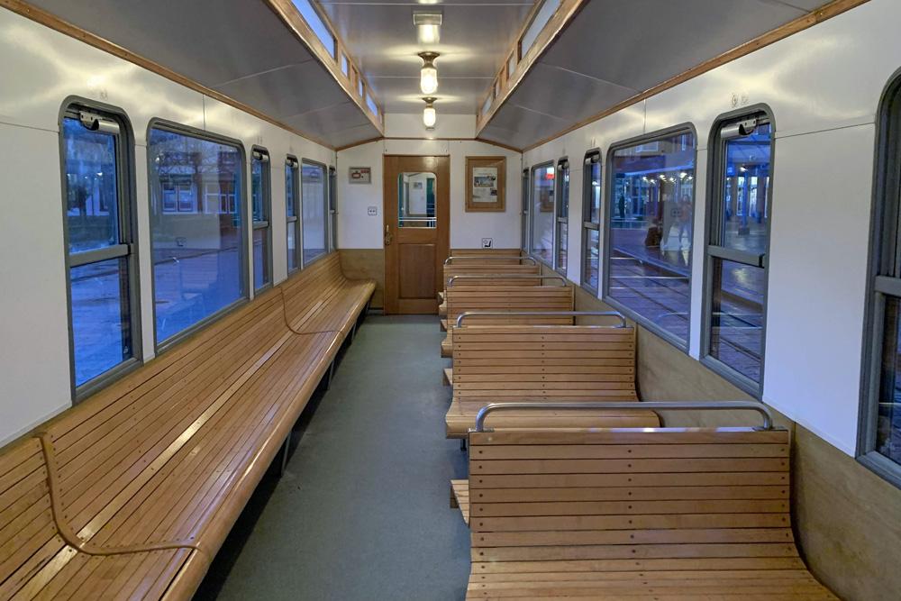 Die Wagen der Borkumer Kleinbahn sind in der Nebensaison oft relativ leer.