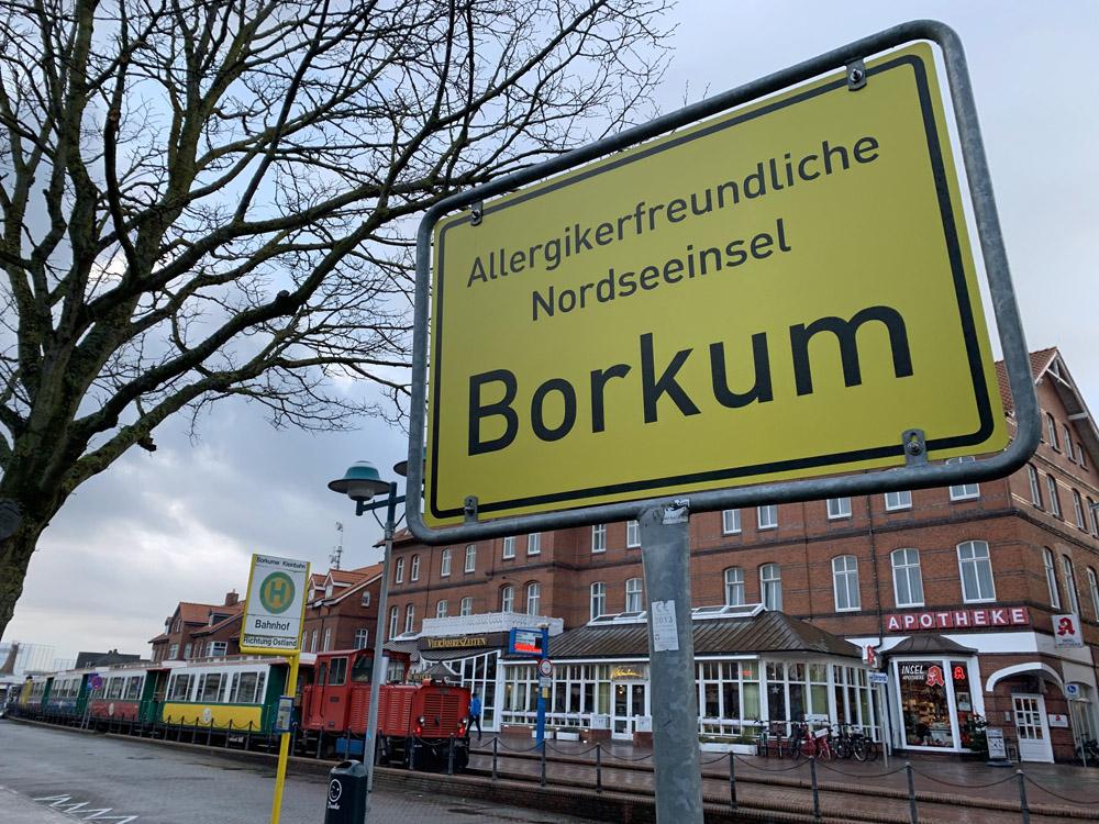 Direkt im Zentrum des Inselortes liegt der Bahnhof der Borkumer Kleinbahn.