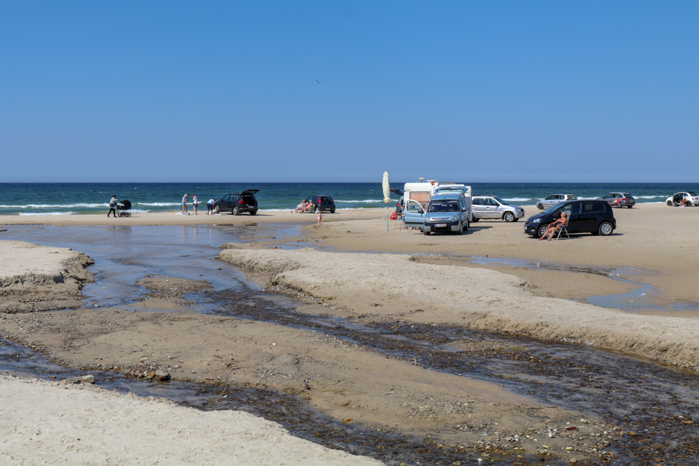 Wer will, kann in Dänemark an einigen Orten mit dem Auto an den Strand fahren.