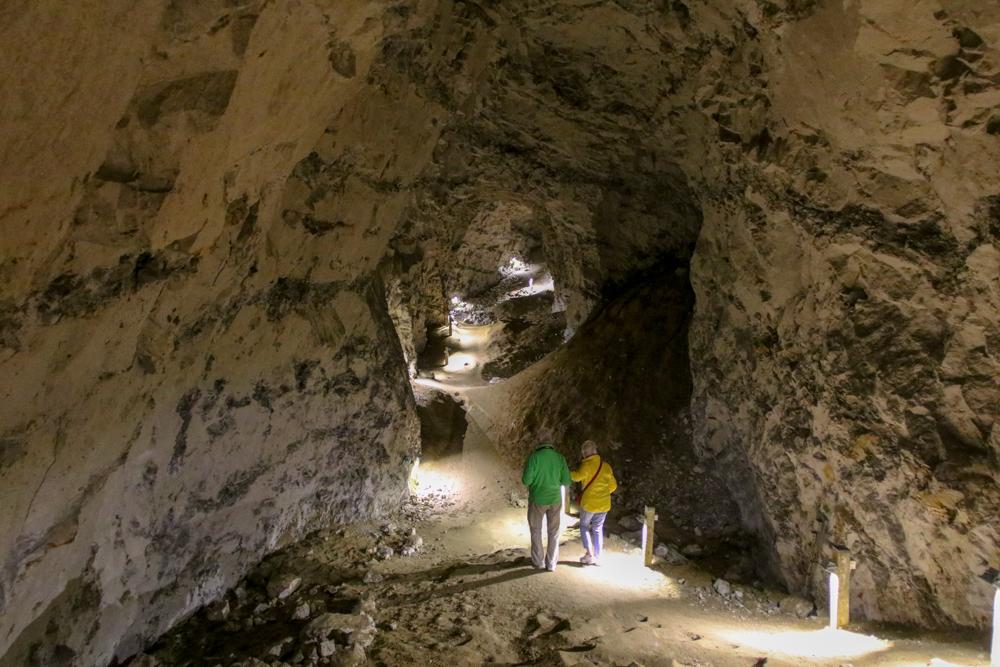 Besucher können einen Teil der Gänge erkunden. In einigen wird der berühmte dänische Höhlenkäse erzeugt.