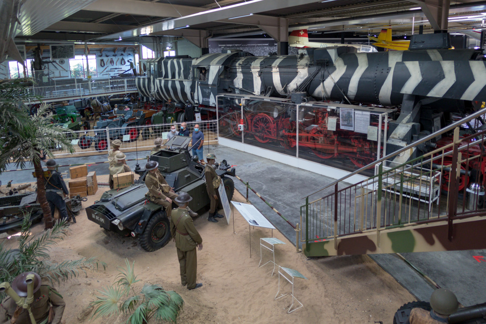 Militärausstellung mit Kriegslok in Tarnbemalung im Technik Museum Sinsheim