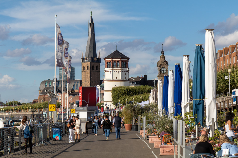 Düsseldorf Rheinpromenade mit Schlossturm