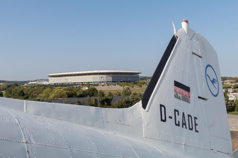 Stadion der TSG Hoffenheim hinter einem Flugzeug im Technik Museum Sinsheim