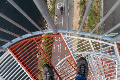 Die Treppenstufen des Berblinger Turmes in Ulm sind durchsichtig
