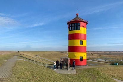Der Pilsumer Leuchtturm bei Greetsiel war einst im Film mit Otto zu sehen und ist heute ein beliebtes Ziel zum Wandern an der Nordsee