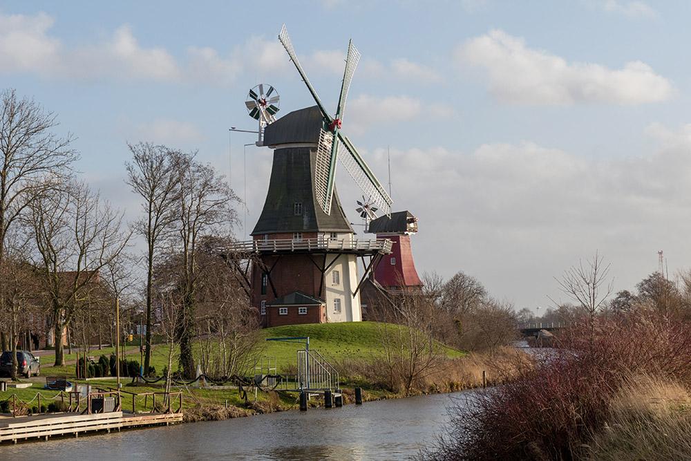 Die Zwillingsmühlen sind das Wahrzeichen von Greetsiel. An den Windmühlen startet die Wanderung an der Nordsee